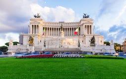 Pomnikowy Vittorio Emanuele II i ołtarz Fatherland w promieniach zmierzch w Roma Zdjęcia Royalty Free