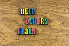 Pomoc inny uczy się pomaga edukację zdjęcie royalty free