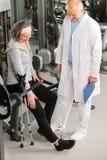 pomoc physiotherapist seniora kobieta zdjęcie royalty free
