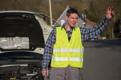 Pomoc potrzebująca dla jego łamanego samochodu Obraz Stock
