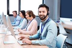 Pomoc techniczna operator pracuje z kolegami obraz royalty free