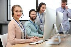 Pomoc techniczna operator pracuje z kolegami zdjęcia royalty free