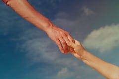 Pomocna dłoń matka i dziecko na niebie, opieka, zaufań pojęcia zdjęcia royalty free