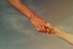 Pomocna dłoń matka i dziecko na niebie, opieka, zaufań pojęcia zdjęcie stock
