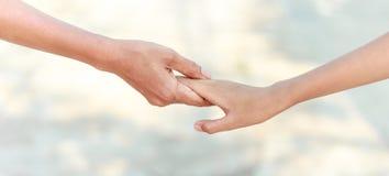 Pomocne dłonie - rodzinny poparcie obraz stock