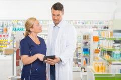 Pomocnicza Patrzeje farmaceuta Używa Digital zdjęcia stock