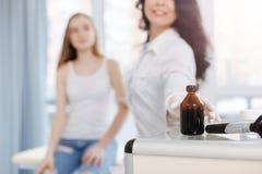 Pomocniczo pielęgniarka używa jod dla skóry dezynfekci w szpitalu Zdjęcia Stock