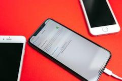 Pomocniczy dane na Jabłczanym Iphone X statku flagowego smartphone Obrazy Royalty Free