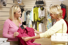 pomocniczy ubraniowy klienta sprzedaży sklep fotografia royalty free