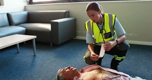 Pomocy kobieta mówi a z pacjentem zdjęcie wideo
