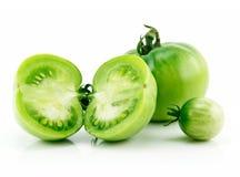 Pomodori affettati verdi maturi isolati su bianco Immagini Stock Libere da Diritti