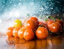 Pomodori al di sotto delle gocce di acqua Fotografia Stock