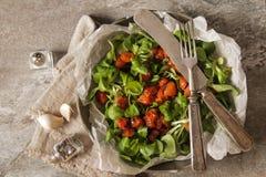 pomodori al forno con aglio ed insalata Fotografie Stock