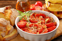 Pomodori al forno, pane di cereale e panini con formaggio fuso fotografie stock