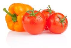 Pomodori bagnati e peperone dolce giallo isolati Fotografie Stock