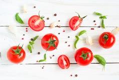 Pomodori, basilico ed aglio sulla tavola di legno bianca Immagine Stock Libera da Diritti