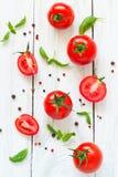 Pomodori, basilico ed aglio sulla tavola di legno bianca Fotografia Stock Libera da Diritti
