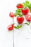 Pomodori, basilico ed aglio sulla tavola di legno bianca Immagini Stock Libere da Diritti