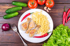 "Pomodori, cetrioli, cipolle, verdi, ² Ð?ришÐ?Ð"" ÑŒ, coscie di pollo di Ð fritte Immagine Stock"