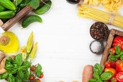Pomodori, cetrioli e pasta freschi del giardino sulla cottura della tavola Immagini Stock Libere da Diritti