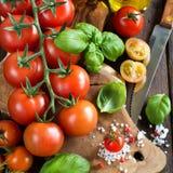 Pomodori ciliegia, basilico e olio d'oliva Immagine Stock
