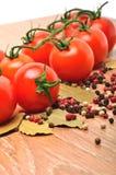 Pomodori ciliegia con pepe nero e la foglia di alloro Fotografia Stock Libera da Diritti