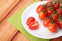Pomodori ciliegia e basilico sulla zolla bianca Fotografia Stock Libera da Diritti
