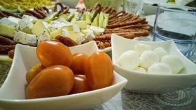 Pomodori ciliegia e palla di mozarella fotografie stock