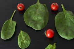 Pomodori ciliegia e spinaci Fotografia Stock