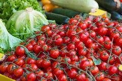 Pomodori ciliegia e verdure, mercato del ` s dell'agricoltore Fotografie Stock Libere da Diritti