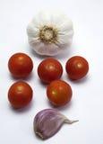 Pomodori ciliegia ed agli fotografia stock