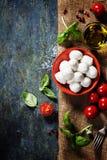 Pomodori ciliegia, foglie del basilico, formaggio della mozzarella e olio d'oliva f Fotografie Stock Libere da Diritti