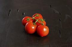 Pomodori ciliegia, fondo scuro immagini stock