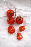 Pomodori ciliegia freschi organici sul fondo del Libro Bianco Fotografia Stock