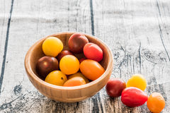 Pomodori ciliegia freschi in una ciotola Fotografia Stock