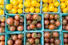 Pomodori ciliegia neri e gialli organici ad un mercato del ` s dell'agricoltore Immagine Stock Libera da Diritti