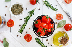 Pomodori ciliegia, olio d'oliva e spezie maturi Fotografia Stock