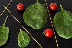 Pomodori ciliegia, pasta e spinaci Immagini Stock Libere da Diritti