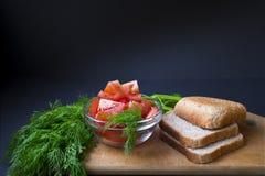 Pomodori con aneto e pane verdi Immagini Stock Libere da Diritti