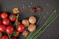 Pomodori con i dadi greci immagine stock