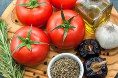 Pomodori con i vari ingredienti Fotografia Stock Libera da Diritti