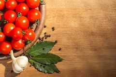 Pomodori con pepe nero ed alloro Fotografia Stock Libera da Diritti