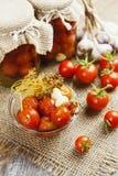 Pomodori d'inscatolamento Immagine Stock