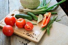 pomodori degli ortaggi freschi, cetriolo, peperoncini, aneto su fondo di legno All'aperto, nel giardino, sull'azienda agricola S immagine stock libera da diritti