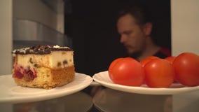 Pomodori del cocktail o dolce delizioso Una scelta difficile di alimento sano archivi video