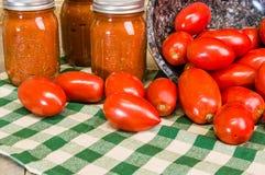 Pomodori della pasta e barattoli di salsa Fotografie Stock