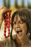 pomodori della stringa della holding della ragazza di divertimento giovani Fotografia Stock