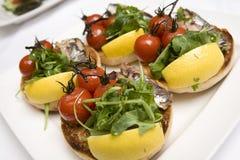 Pomodori di ciliegia & focaccine della sardina Fotografie Stock Libere da Diritti