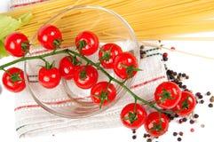 Pomodori di ciliegia con le spezie e la pasta Fotografia Stock Libera da Diritti