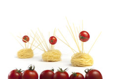 Pomodori di ciliegia nell'idolo di musica. Pasta Immagini Stock